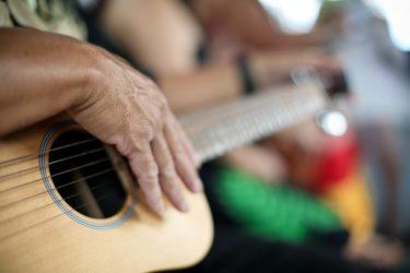 ギター初心者がまず練習すべき【右手のストローク紹について】